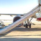 Lustige Airline-News 2018: Handy löst Notfallrutsche aus