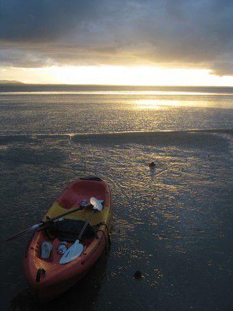 Kajaksurfing bei Sonnenuntergang