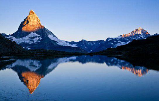 Matterhorn, Dente Blanche und Riffelsee im Sonnenaufgang