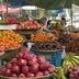 Marktstand mit frischen Früchten