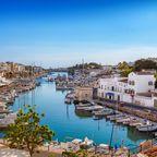 Die Hafenstadt Ciutadella liegt an der Westküste Menorcas