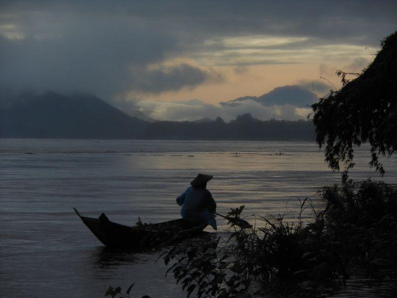 Vor Sonnenaufgang auf dem Mekong