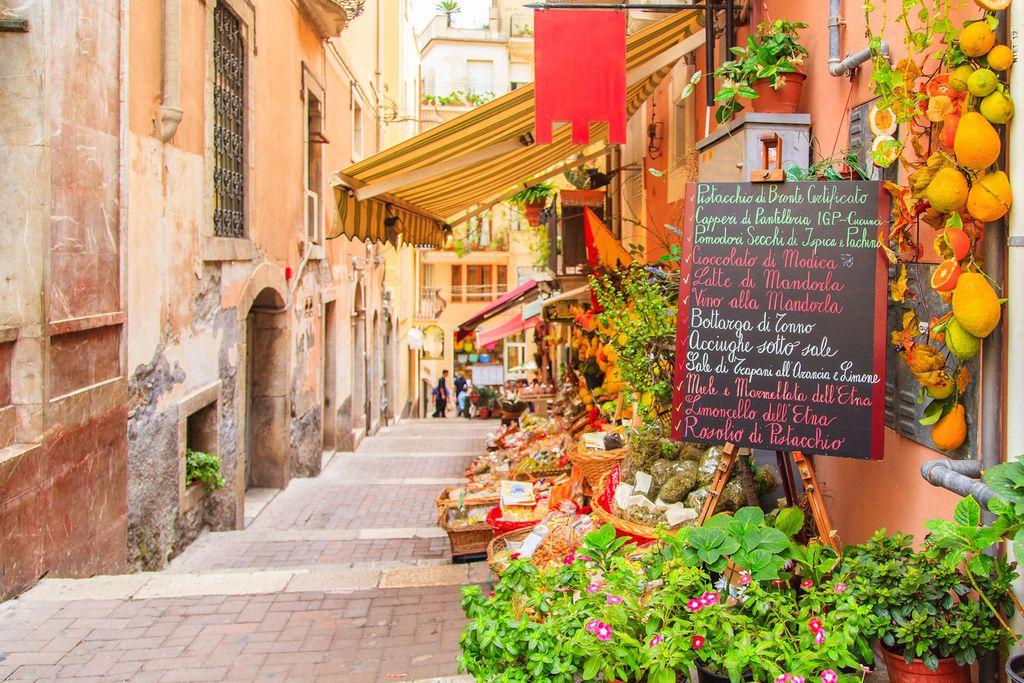 Der Eingang zu einem lokalen Geschäft in Taormina.