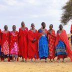 Eine Gruppe von Masai beim traditionellen Sprungtanz