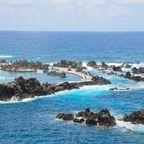 In Porto Moniz auf Madeira kann man in natürlichen, von Felsen umgebenen Pools im kristallklaren Wasser baden