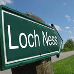 """Schild """"Loch Ness"""" an einer Landstraße"""