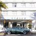 Oldtimer vor Hotel im Art déco-Stil