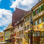 Farbenfrohe Häuser in der Stadt Stein am Rhein in der Schweiz.