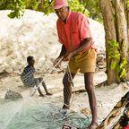 Ein Einheimischer kontrolliert die Netze