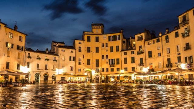 Die mittelalterliche Stadt Lucca gehört zu den Highlights einer jeden Toskana-Rundreise. Sie ist von einer langen Stadtmauer umgeben und der alte Kern ist eine große, durchgehende Fußgängerzone.