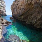 Wied Babu mit azurblauem Wasser am Talgrund, nahe der blauen Grotte