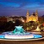 Nachtblick am Triton-Brunnen nahe den Stadttoren von Valletta