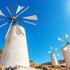 Windmühlen vor blauem Sommerhimmel