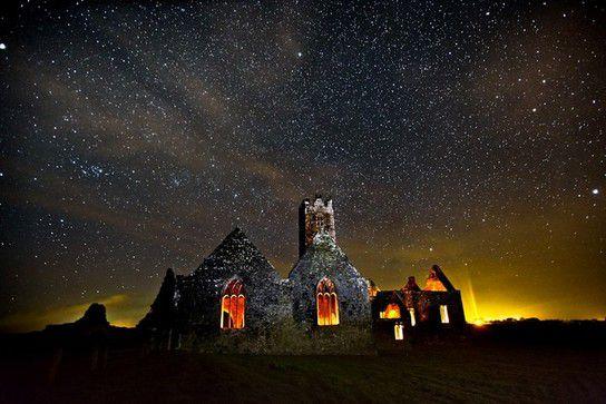 Irische Kirchenruine in Sternennacht