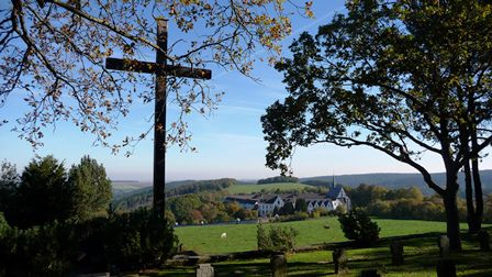 Die Abtei vom Soldatenfriedhof aus gesehen