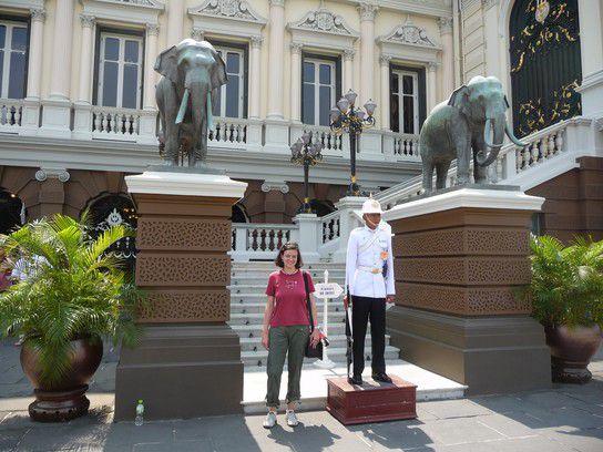 vor dem Königspalast