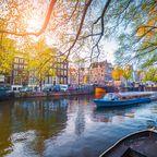 Ein Tourboot in Amsterdam