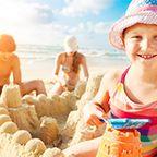 Für Familien hält die Toskana jede Menge Abwechslung bereit. Zum Baden beispielsweise bieten die Etruskische Riviera und das Maremma-Gebiet wunderschöne Sandstrände.