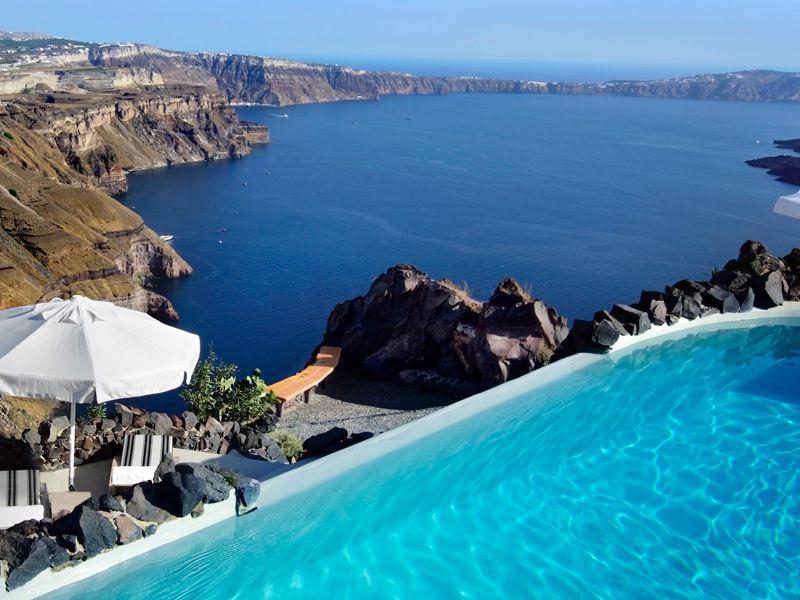 Die schöne Kulisse der griechischen Insel Santorin kann man am besten von einem Hotelpool genießen