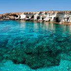 Höhlen im Gestein bei Kap Greko