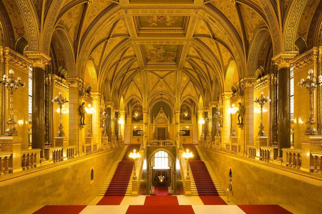 Prunkvolle Treppenhalle im Parlamentsgebäude