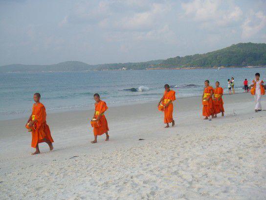 Thailand - Mönche am Strand