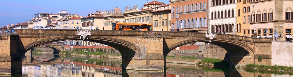 Ein Bus auf dem Weg ueber den Arno