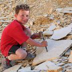 Kinderspaß: Steine klopfen