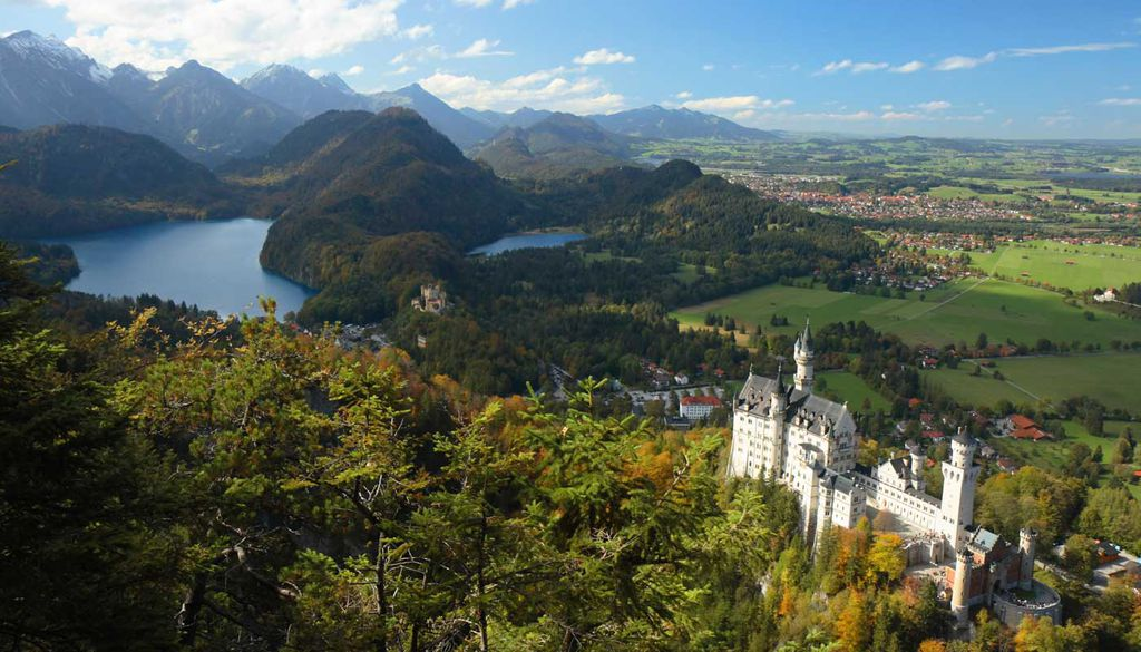 Das Schloss Neuschwanstein thront in traumhafter Lage und auf dem 1. Platz