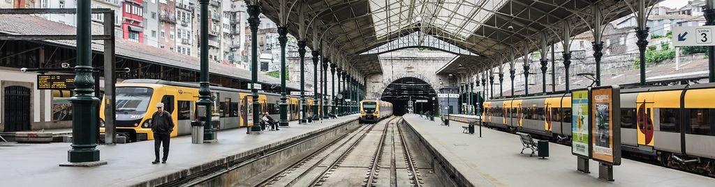 Ankommende Züge im Bahnhof von Porto