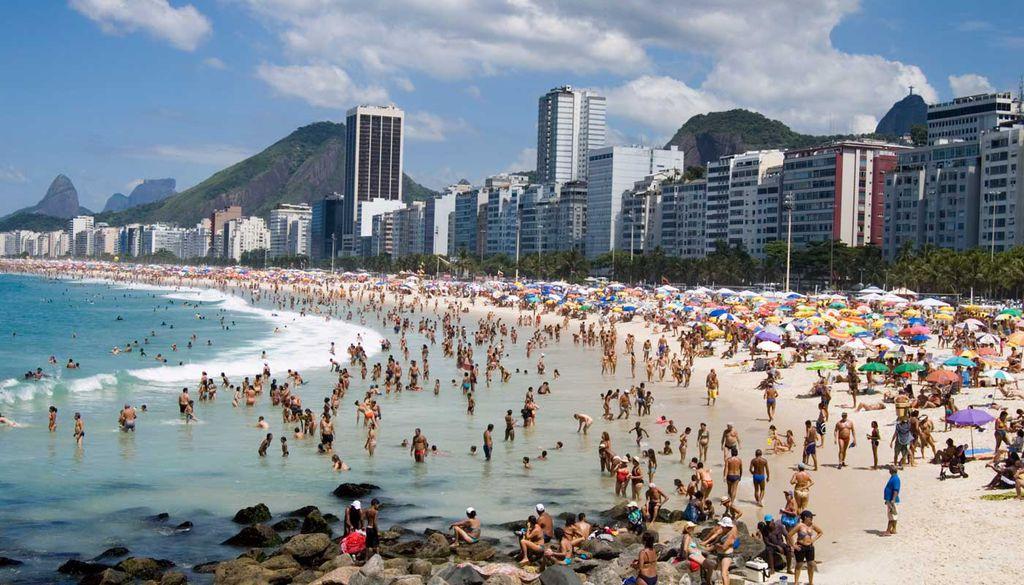 Die Copacabana ist für seinen vier Kilometer langen Sandstrand weltbekannt