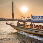 Touristenboot vor der Rama-VIII-Brücke