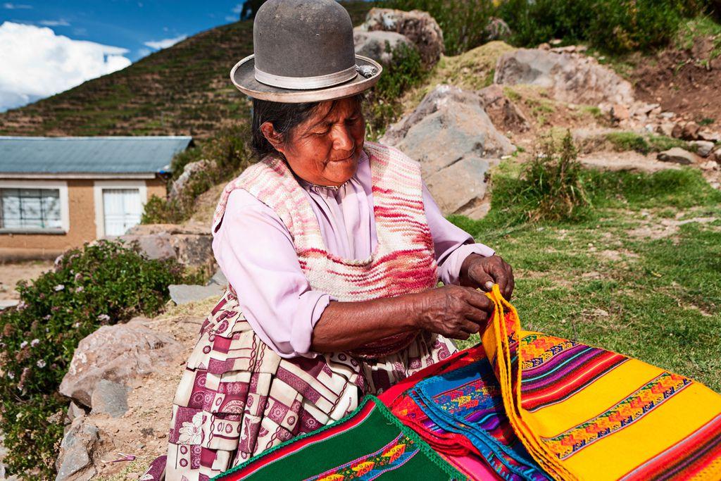 Frau mit gewebten Stoffen