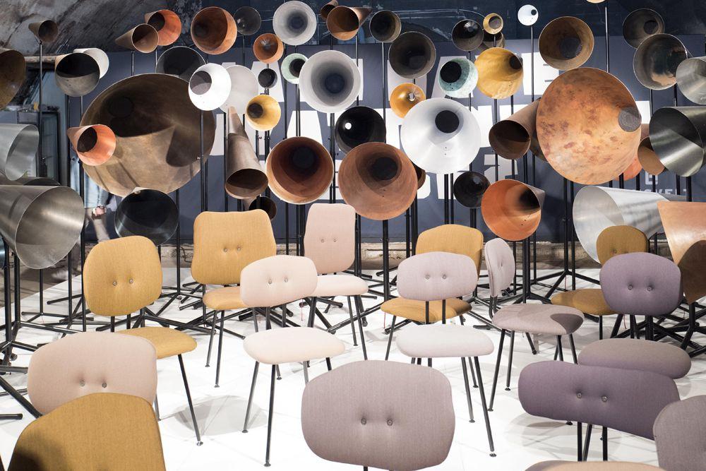 Installation von Vintage-Stühlen und Megafonen bei der Fuorisalone