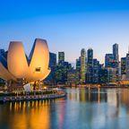 Die Skyline der Marina Bay von Singapur am Abend.