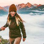 Pärchen beim Wandern mit wunderschöner Gebirgssonnenuntergangslandschaft in Norwegen