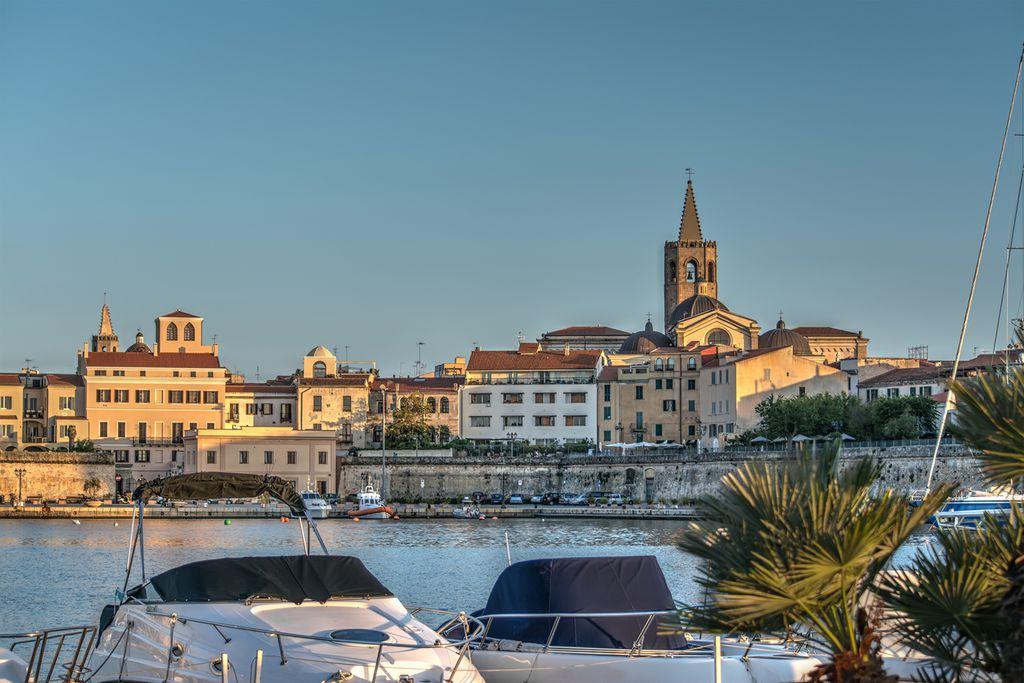 Blick vom Hafen auf Alghero
