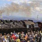 Touristen am Bahnsteig der historischen Harzer Schmalspurbahn