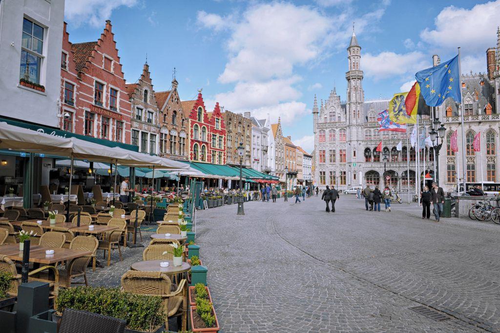 Café mit Blick auf das Brüsseler Rathaus