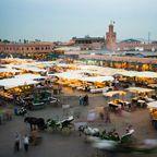 """Das Herz von Marrakeschs Altstadt Medina ist der Unesco-Weltkulturerbe-Platz """"Djemaa el Fna"""""""