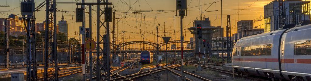 Blick auf den Hauptbahnhof München in der Dämmerung