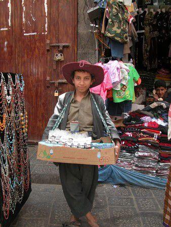Junger Straßenverkäufer im Souk von Sanaa