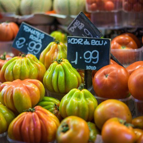 Auf dem Markt Mercado de La Boqueria gibt es eine Vielzahl an exotischen Früchten