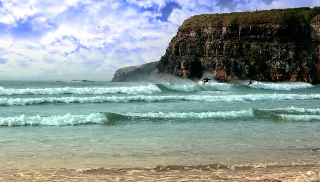 Im Nordwesten Irlands warten neben grünen Weiden auch erstklassige Wellen