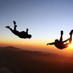 Skydiving beim Sonnenuntergang