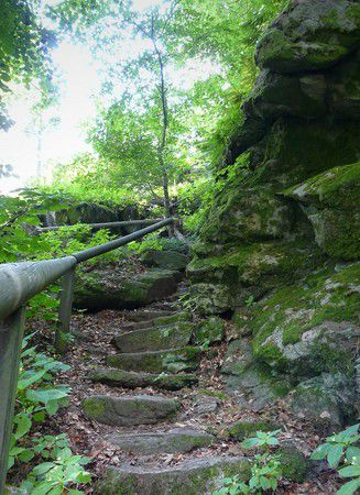 Fußweg um die Burg durch Fels und Wald