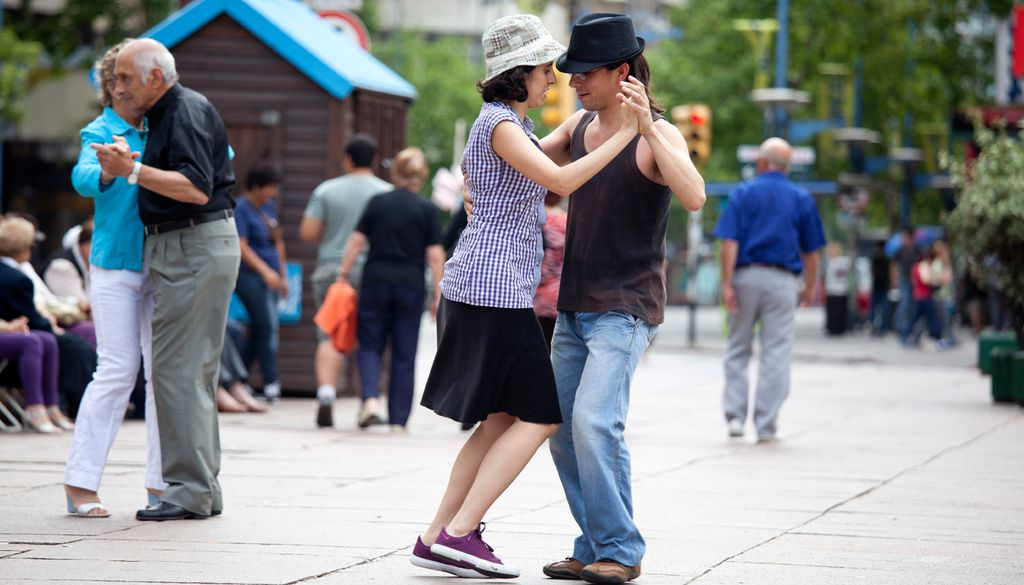 Spontaner Tanz auf einer Straße in Uruguay.