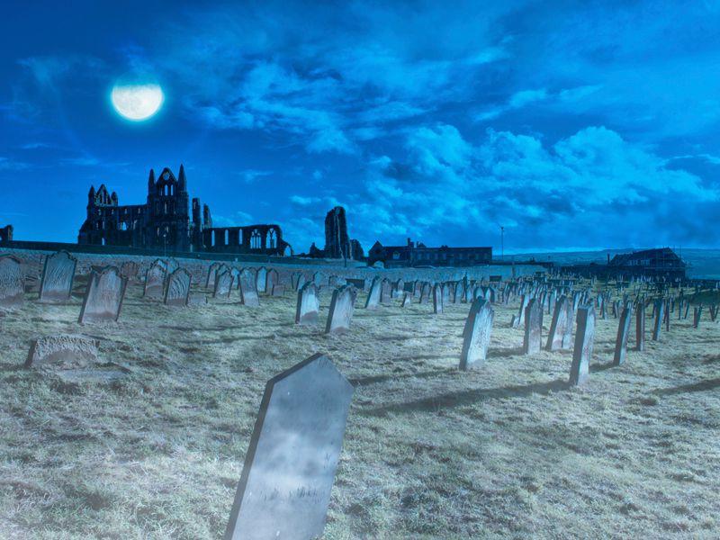 """Das unheimliche Kloster von Whitby Abbey und der Friedhof im englischen Yorkshire haben Bram Stoker beim Schreiben seines Werkes """"Dracula"""" inspiriert"""