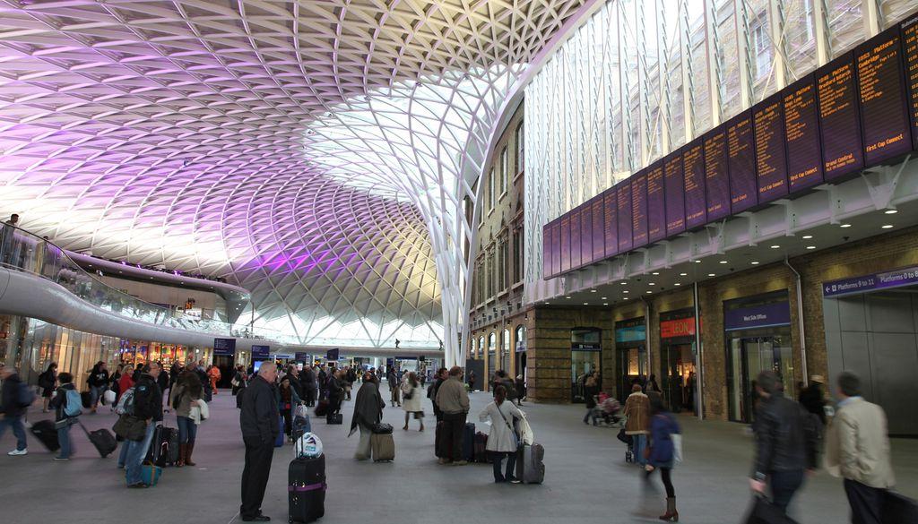 Die Station King's Cross Railway beeindruckt mit ihrem 20 Meter hohen Stahldach