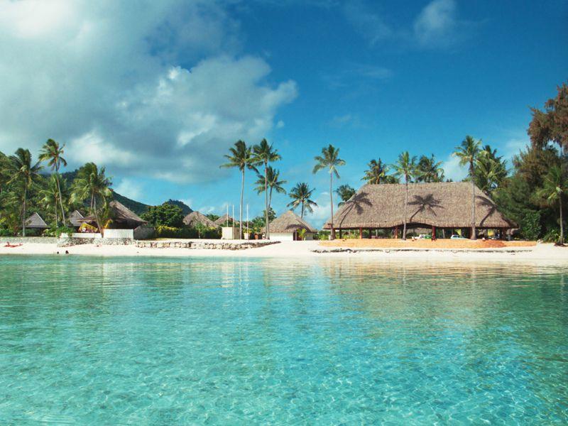 Das Atoll Bora Bora liegt im Süd-Pazifik und lädt zum Baden im türkisblauen Meer ein
